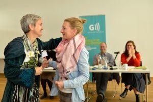 Verena Florian links im Bild übergibt die Leitung der Arbeitsgruppe Grüne Unternehmerinnen an Pamela Falkensteiner.