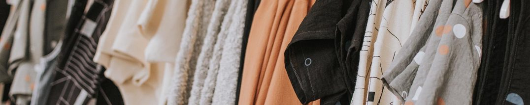 Kleidungsstücke am Haken, Foto: Unsplash, Lauren Fleischamnn
