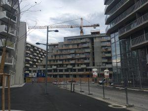Viele Wohngebäude sind noch nicht fertiggestellt.